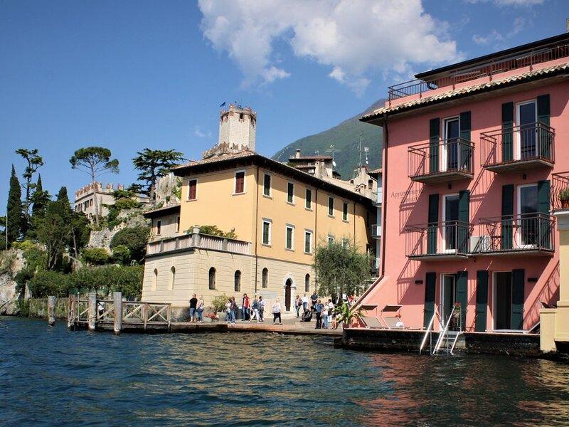 Appartamento in riva al lago situato in centro storico con vista meravigliosa, casa vacanza a Malcesine