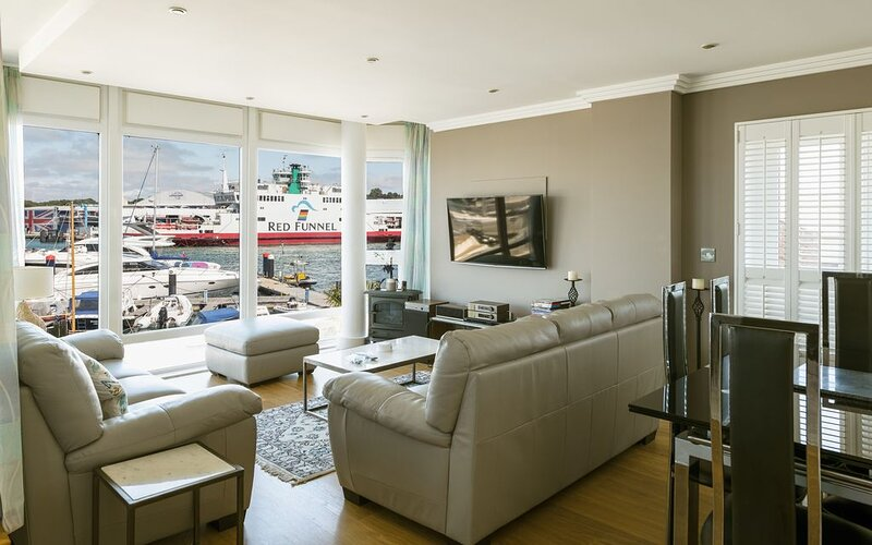 Luxury Cowes waterfront apartment with stunning panoramic marina & sea views, vakantiewoning in Cowes