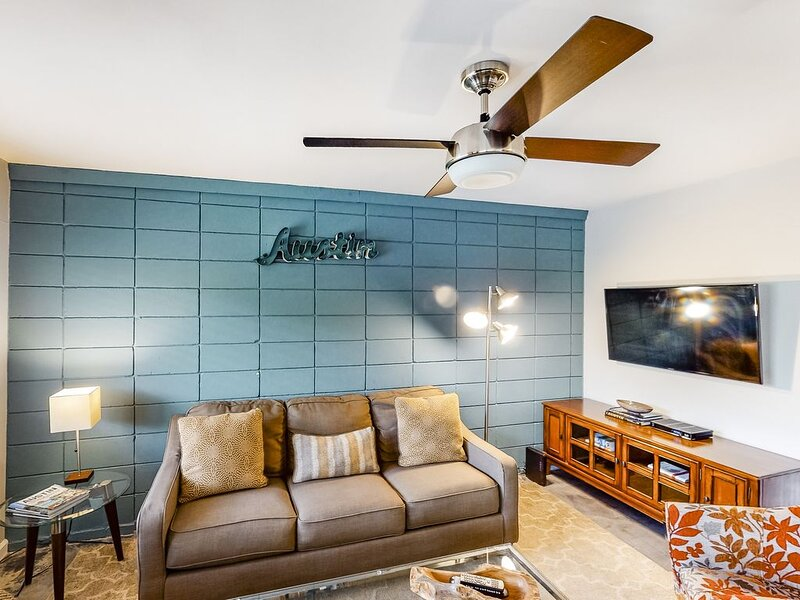 Stylish condo w/ WiFI, full kitchen, shared pool, balcony, and downtown views!, alquiler de vacaciones en Austin