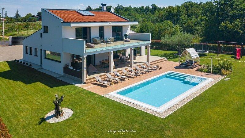 Luxurious modern villa with pool near Porec, aluguéis de temporada em Fabci