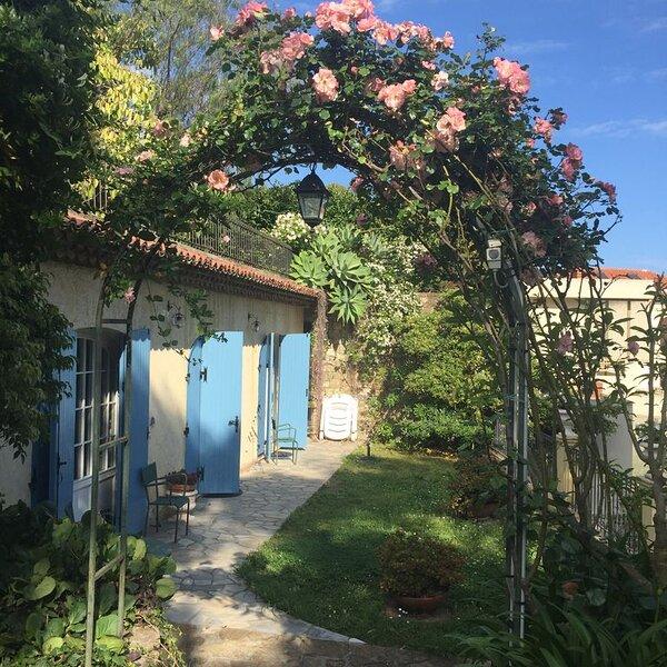 Sanremo: Appartamento in villa provenzale con giardino – semesterbostad i Sanremo