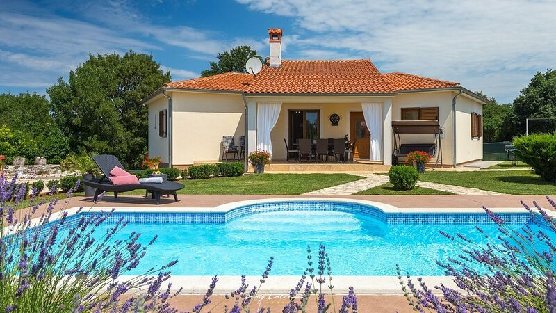 Charming villa with private pool near Rovinj, holiday rental in Golas