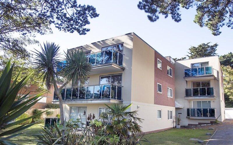 Sandbanks Peninsula Apartment 2 minutes from the beach, location de vacances à Poole