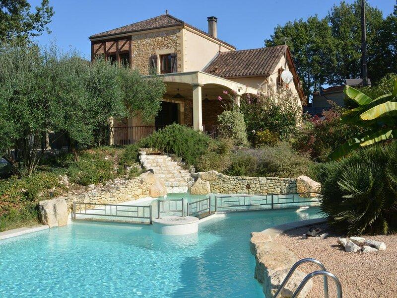 TAMAZIT : Villa de standing avec terrain clos, piscine chauffée, aire de jeux., casa vacanza a Cendrieux