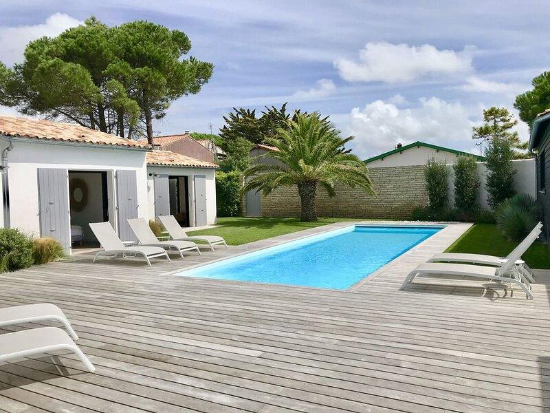 Villa haut standing -piscine chauffée - à 50m de la plage, holiday rental in Rivedoux-Plage