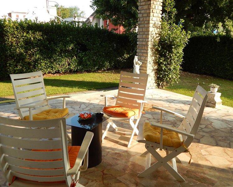 Villa Clotilde, terrazzo, giardino con patio, doccia con idromassaggio ,, holiday rental in Madone