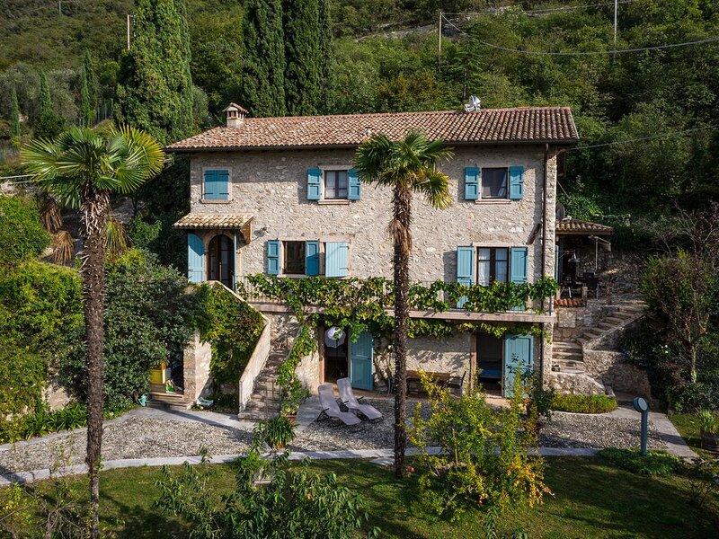 Casale finemente arredato con parcheggio, wi-fii, giardino e vista mozzafiato!, holiday rental in Assenza
