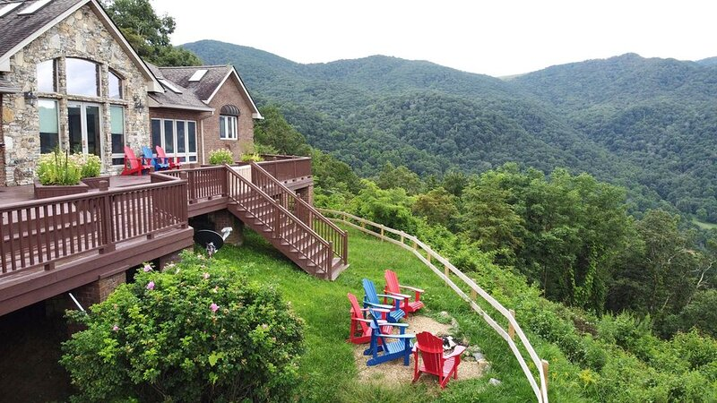 Private mountain on 36+ acres with 100 mile views west over the Smokey mountains, holiday rental in Clyde