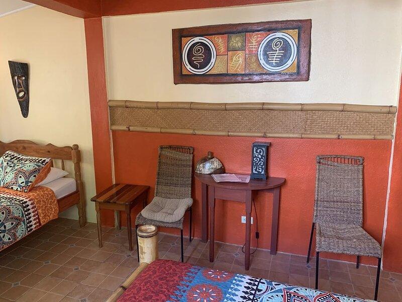 Bamboo Room - All Seasons Guest House, aluguéis de temporada em Sittee Point
