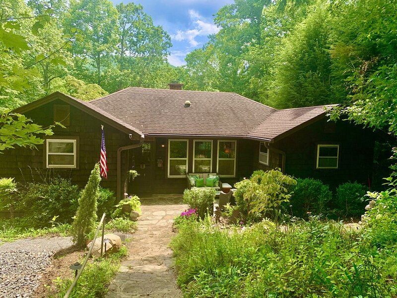 Cozy Mountain Cabin with Modern Amenities, holiday rental in Montreat