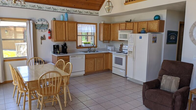 Lakefront Getaway! Standalone Condo in the Heart of the Wisconsin Dells!, vacation rental in Lake Delton
