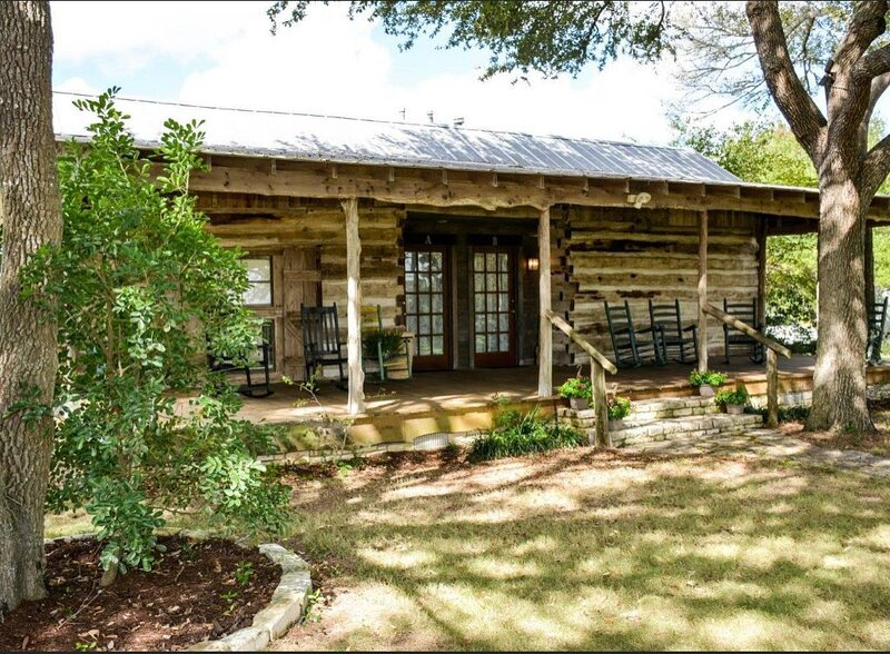 Relive History In This 1850's Dog Trot Log Cabin With Modern Amenities (B), aluguéis de temporada em Round Top