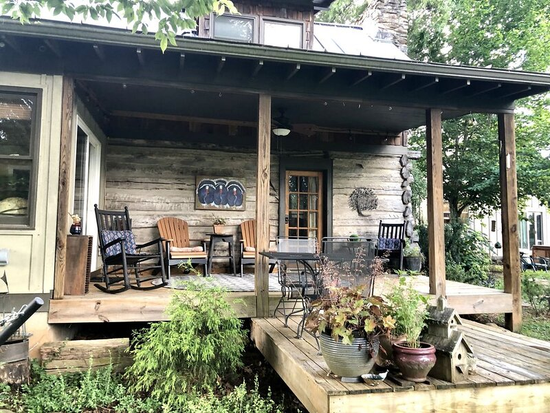 Cozy Backyard Log Cabin/ Great Sunsets/10 min North of Asheville/easy access, holiday rental in Weaverville