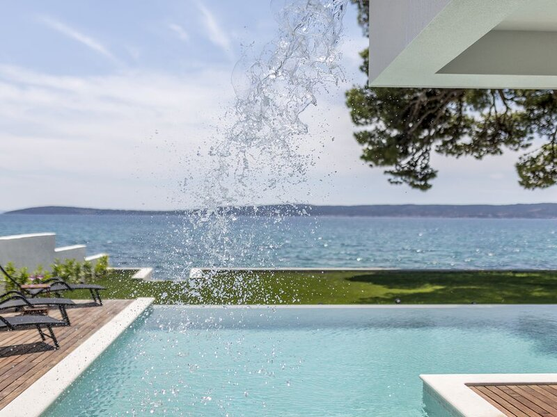 Villa Sea Star - seafront beach with 80m2 pool, BBQ and car garage., holiday rental in Kastel Kambelovac
