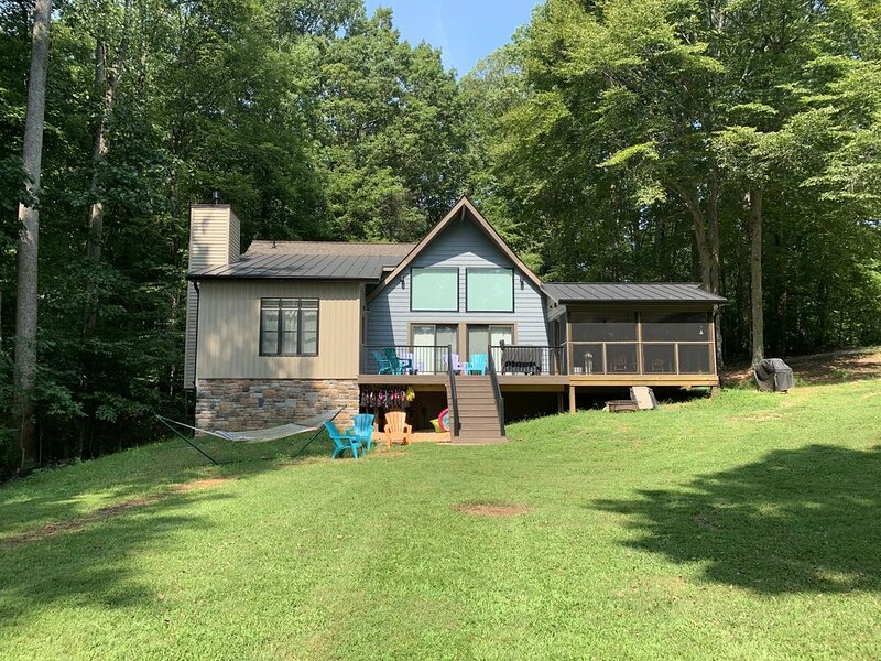 Newly renovated lake front property on quiet cove with flat yard for outdoor fun, holiday rental in Mineral