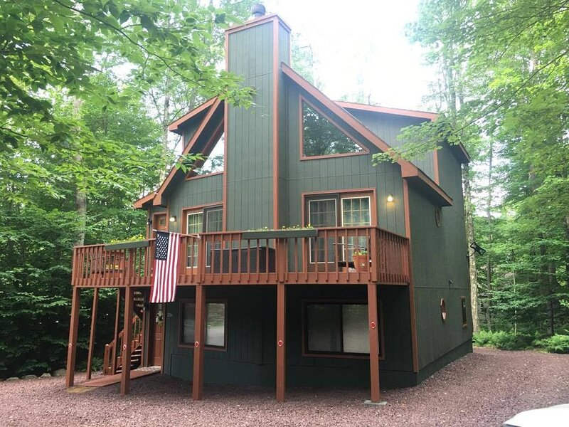 An Ultimate Pocono Lake retreat awaits, 3 Level home with 4 Bdr, & 3 Baths, holiday rental in Thornhurst