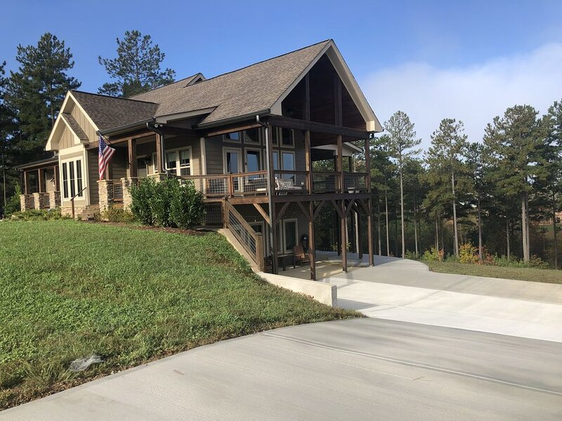 � Rustic Elegance ~ Private Terrace Level Suite ~ 4+ Acres, Deluxe Amenities �, holiday rental in Blairsville