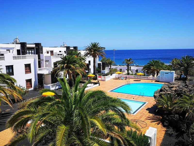 2 Bedroom Homely Apartment With Wonderful Sea Views From The Living Room & Wi-Fi, Ferienwohnung in Tias