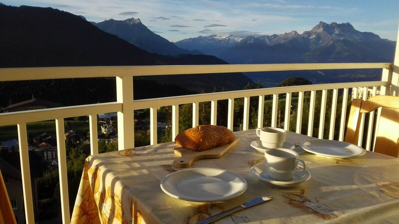 Large family apartment - breathtaking view, holiday rental in Caux