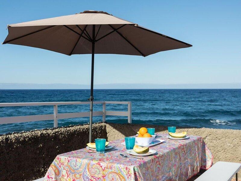 Casa de playa, a 5 metros del mar wifi by Lightbooking, vacation rental in Candelaria