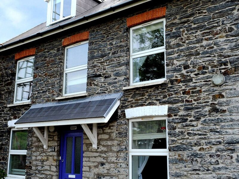 Ground floor pet friendly apartment in a small coastal village of Tresaith with, vacation rental in Tan-y-groes