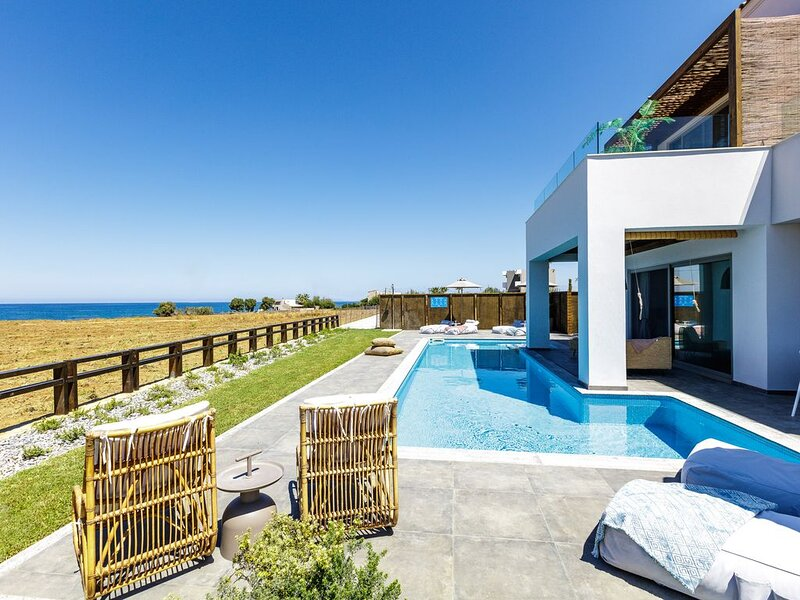 New property, Walking distance to the beach, 50m2 private heated pool & hot tub!, vacation rental in Stavromenos Rethymnis