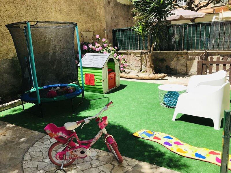 Casa Baby Friendly con giardino a due passi dalla spiaggia, location de vacances à Lido di Castel Fusano