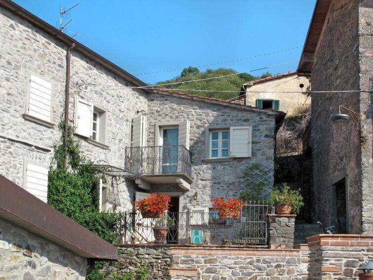 Vacation home Casa Flora  in Villecchia (MS), Riviera della Versilia - 4 person, location de vacances à Lusuolo