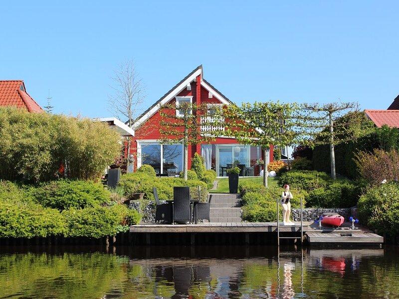 Waterloft Timmel - eine Ferienwohnung in  idyllischer Wasserlage mit Balkon, holiday rental in Detern