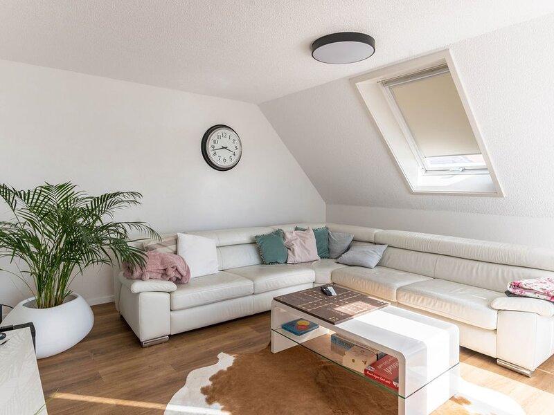 Wunderschöne Maisonettewohnung mit WLAN und Balkon; Parkplätze verfügbar, holiday rental in Steckborn