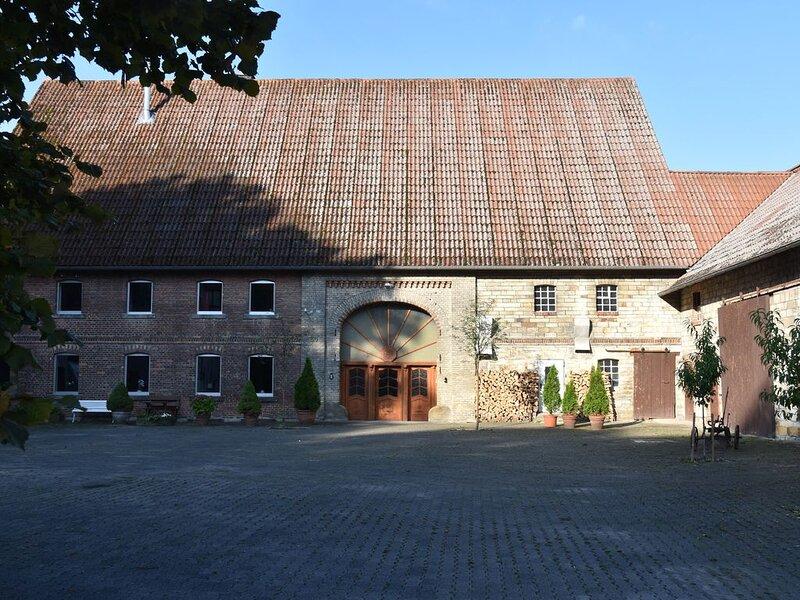 romantisches Ferienhaus für große Familien und Freundeskreise nahe Paderborn, holiday rental in Bad Lippspringe