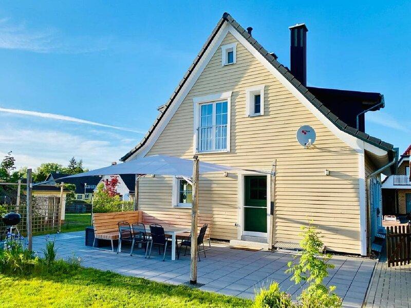 Modernes, hochwertiges Ferienhaus für 6-8 Pers, 300 m zur Müritz, WLAN, Kamin, holiday rental in Granzow