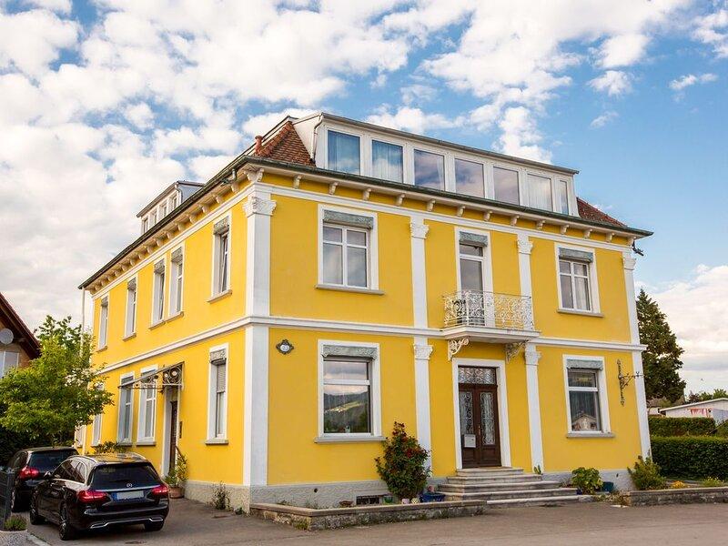 """Stilvolle Ferienwohnung """"Apartment Tuna"""" in einer Altbauvilla, mit Bergblick, WL, holiday rental in Bodnegg"""