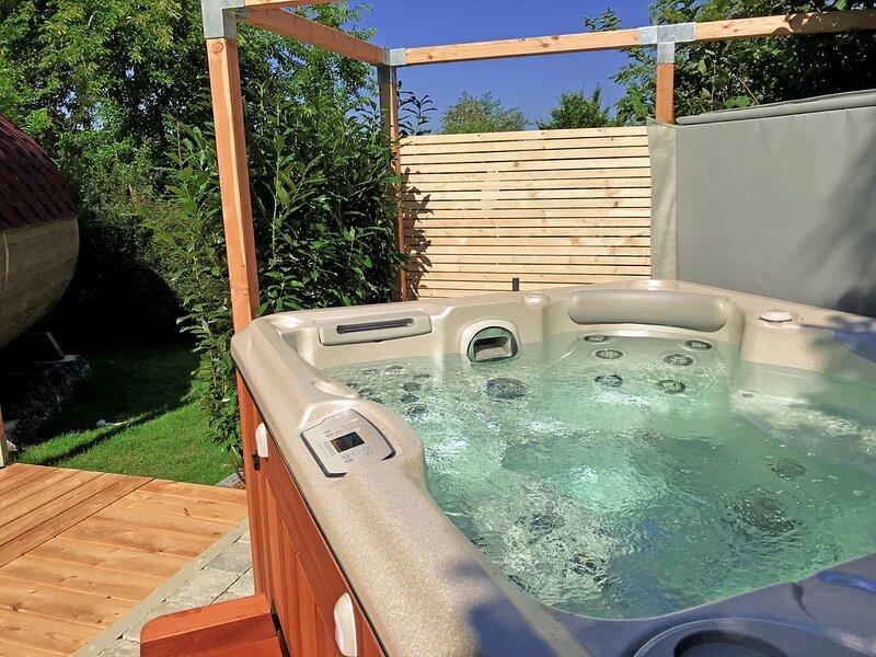Ganze Hütte! Hüttenfeeling mit privatem Whirlpool, Sauna, Fußbodenhzg. und WLAN, holiday rental in Rohrnbach