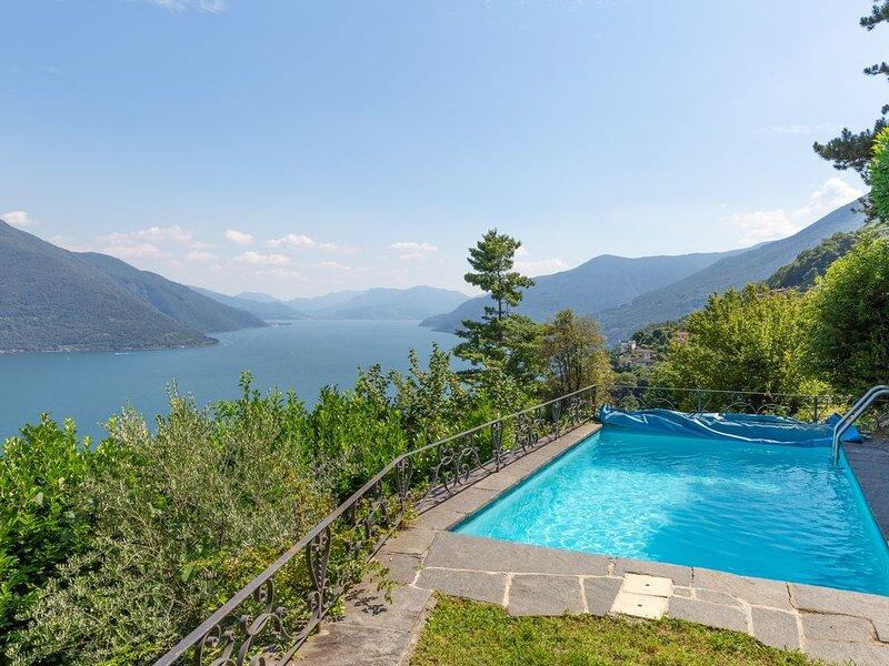 Ferienparadies mit sensationellem Panorama , Innen - Außenkamin,  Außenpool, holiday rental in Malesco