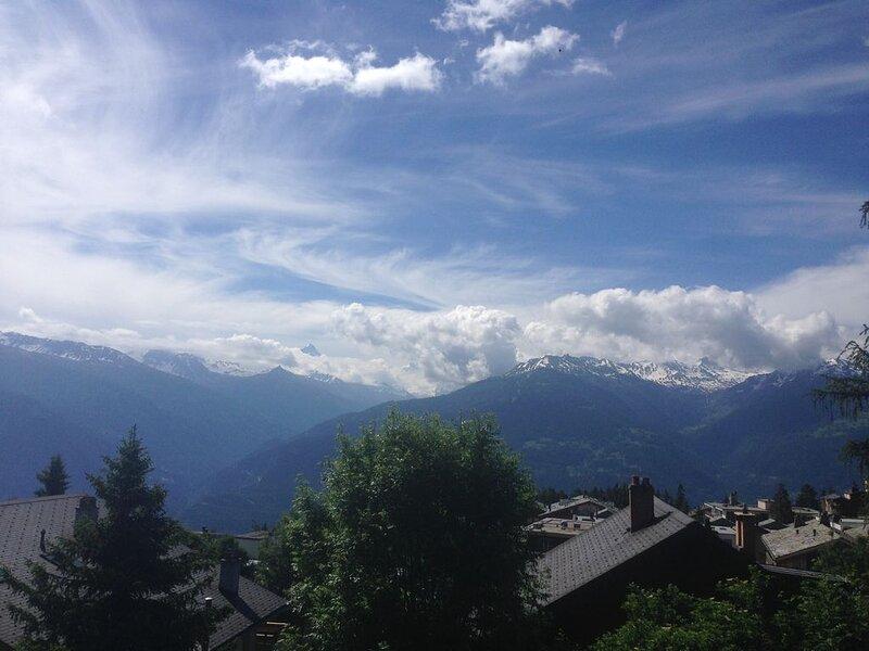 Apartment Elysée 4 Crans Montana Switzerland.  Ski, hike, golf, sun, lakes, aluguéis de temporada em Miege