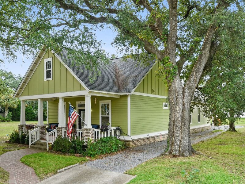Beach Just Steps From Back Porch! Short Walk to Town/Attractions! – semesterbostad i Gulfport