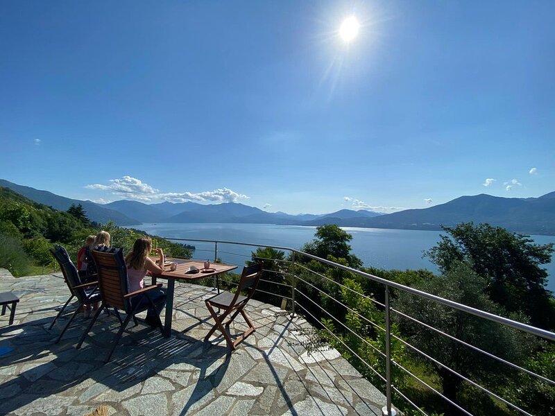 Ferienhaus Camelia mit Traumaussicht über den Lago Maggiore, holiday rental in Aurano