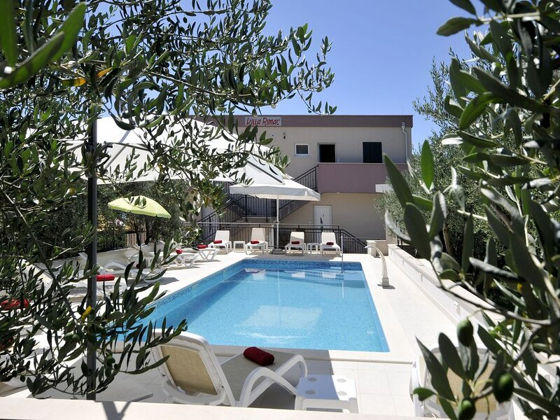 **** cottage with pool 9,5x4,0m in the area of Trogir-Kastel Stafilić split – semesterbostad i Prgomet