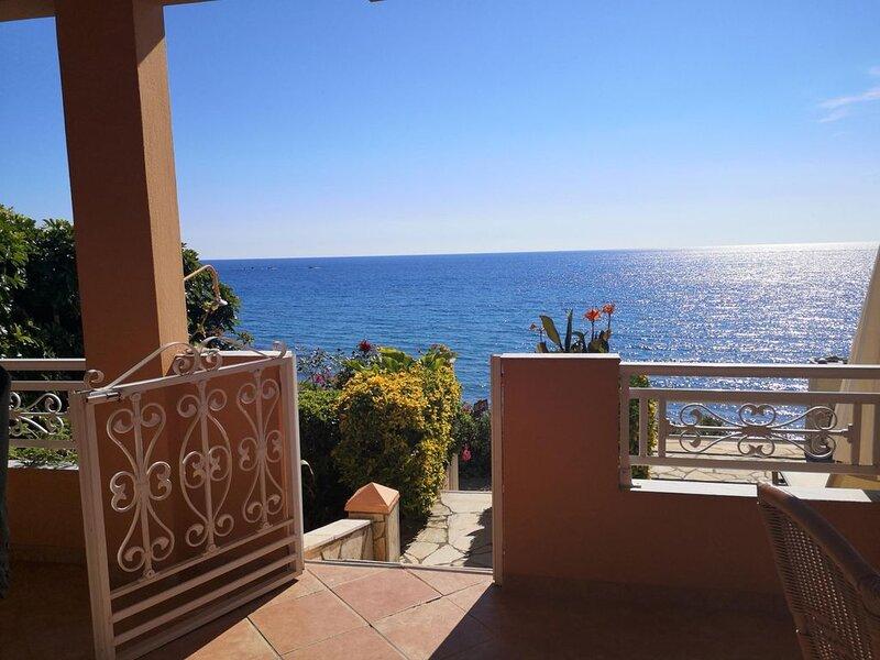 Ferienhaus direkt am Meer, traumhafter Meerblick, 3 Personen | Paramonas, Korfu, holiday rental in Agios Matthaios