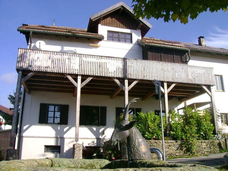 Gemütliche Ferienwohnung (84 qm) mit Kachelofen und einzigartigem Ambiente, holiday rental in Deggendorf