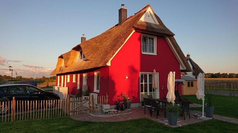 Modern und klassisches Reetdachhaus Elve; mit eigener Sauna und Terrasse, holiday rental in Zierow