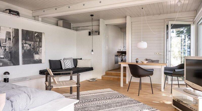 Modern Minimalistic Seeblick Design Studio mit Küche, Terrace und Parkplatz, vacation rental in Stockach