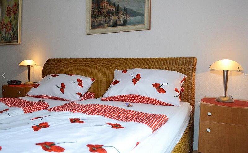 Gemütliches Einzimmerapartment 'Wohnung 3' wenige Meter vom Bodensee; Parkplätze, casa vacanza a Überlingen
