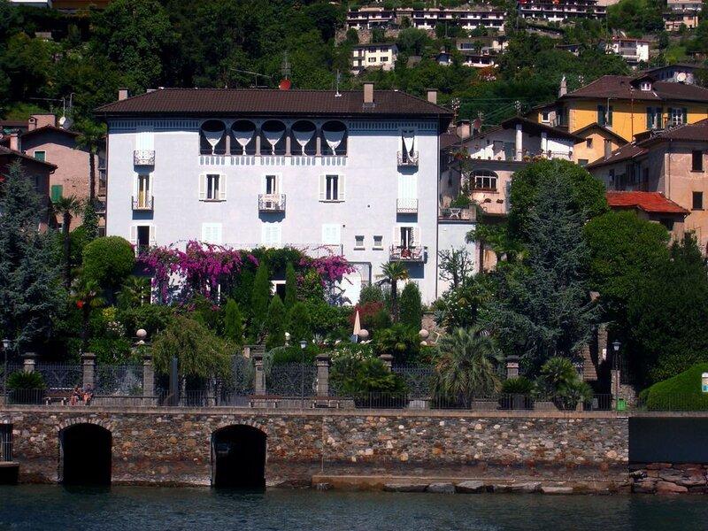Exklusive 2 Zimmerwohnung in einem stilvollen, 250 Jahre alten Palazzo direkt an, aluguéis de temporada em Brissago