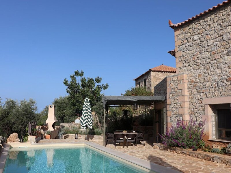 Ferienhaus mit privatem Pool in ruhiger Lage, nah zum Stoupa Sandstrand, Pelopon, aluguéis de temporada em Lefktro