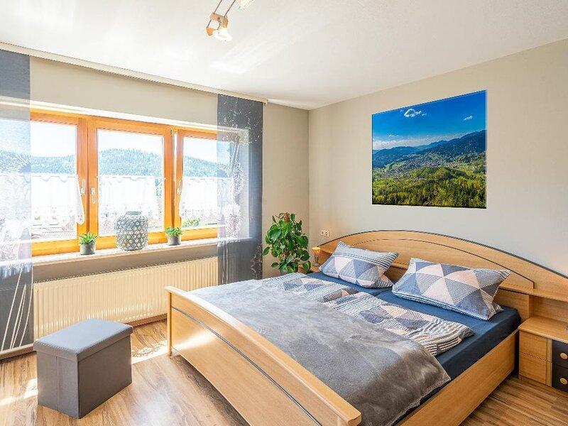 Ferienwohnung  für 2 Personen (50m2) mit einladender Sonnenterrasse und Blick au, holiday rental in Regenhutte