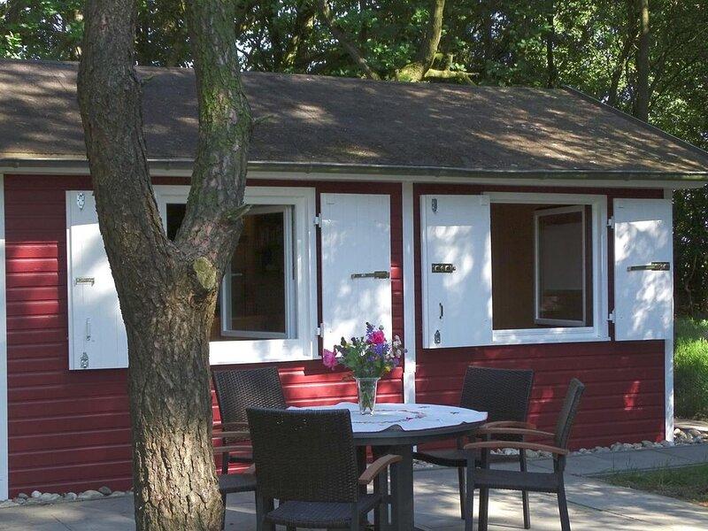 Schwedenhaus - Süsses Ferienhaus mit riesigem Grundstück, wenige km vom Strand,, holiday rental in Nordholz