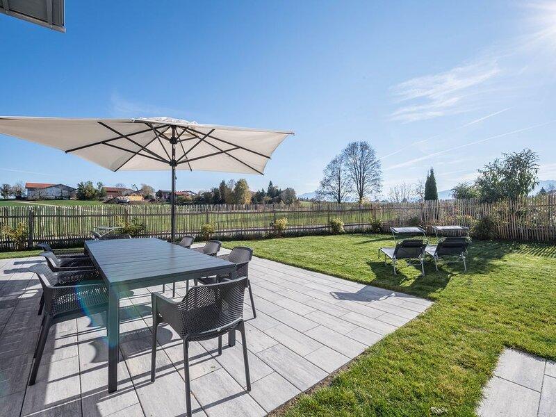 Luxuriöses Design Ferienhaus mit Bergblick, Kamin und Garten; Parkplätze vorhand, alquiler vacacional en Prien am Chiemsee