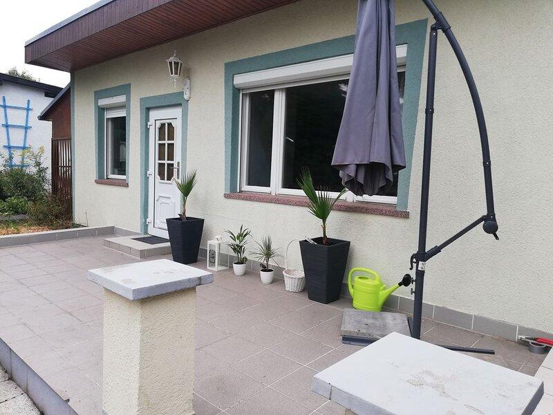 Gemütlicher Bungalow mit großer Terasse und Garten, holiday rental in Trossin